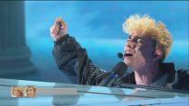 """Aka7even canta """"Cumm'è"""" sul palco di Amici 2021"""