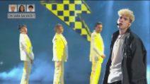 """Aka7even canta il suo inedito """"Yellow"""" ad Amici 2021"""