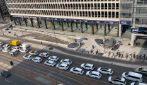 Il lungo corteo dei taxisti in sciopero per le vie del centro di Milano