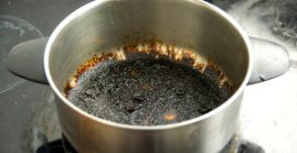 How to clean the bottom of a pot with natural ingredients
