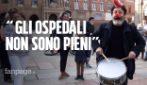 """Covid, corteo dei negazionisti a Bologna: """"Le mascherine fanno male e gli ospedali non sono pieni"""""""