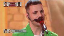 """Amici 20, prima puntata: Raffaele canta """"Il sole alle finestre"""""""