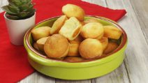 Pão de queijo: the Brazilian recipe for cheese buns, ready in oven!