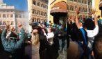 Faccia a faccia con la polizia: tensioni e scontri tra manifestanti e polizia