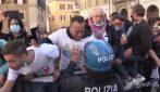 """Roma, manifestante piange: """"Sono padre di famiglia e non lavoro, non puoi capire"""". E il poliziotto lo conforta"""