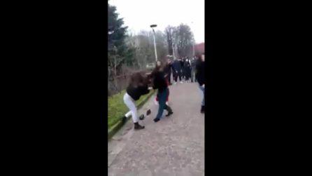 Si prendono a calci e pugni in strada a Crema e pubblicano i video sui social