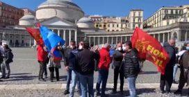 Whirlpool Napoli, aumentano gli affari ma la fabbrica resta chiusa: operai in piazza del Plebiscito