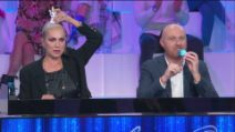 Amici - Alessandra Celentano ruba gli antistress a Zerbi