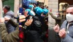 Roma, manifestazione 'IoApro': persone sfilano con le manette, tensioni con la polizia