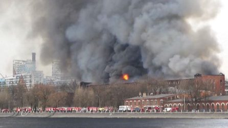Russia, un incendio devasta storica fabbrica di San Pietroburgo