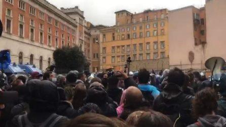 """""""Io Apro"""", manifestanti verso Piazza Parlamento gridano """"libertà"""""""