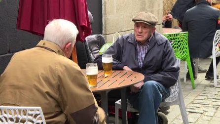 A Londra i pub riaprono, la prima pinta dopo le lunghe chiusure