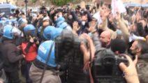 Roma: manifestanti cercano di muoversi in corteo, bloccati dalla polizia