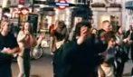 Londra torna alla normalità: i ragazzi ballano in strada