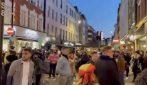 Londra, migliaia di persone in strada dopo l'allentamento delle restrizioni