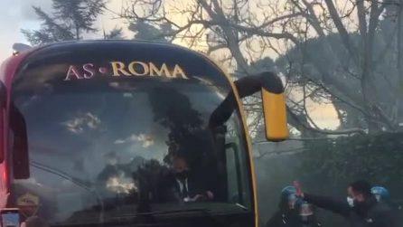 I tifosi della Roma incitano la squadra a Trigoria prima della sfida contro l'Ajax