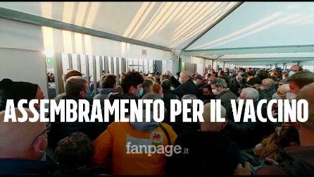 Vaccini per gli anziani a Napoli, le file della vergogna: centinaia ammassati fino a sera