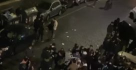 Roma, festa a Piazza Fiume: decine di giovani assembrati ballano al ritmo di musica