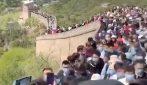 Cina, la Grande Muraglia strapiena di gente: migliaia di persone accalcate