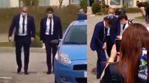 I tifosi dell'Inter acclamano Conte davanti all'hotel di Crotone, l'allenatore si avvicina per salutarli