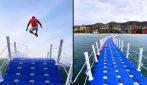 """Il ponte galleggiante che ti fa """"volare"""" sulle onde diventa virale sui social"""