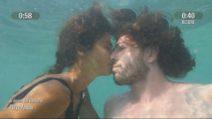 L'Isola dei Famosi - Il bacio in apnea tra Ignazio e Francesca