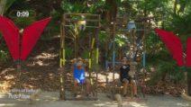 L'Isola dei Famosi - la sfida dei sacchi: Andrea Cerioli batte Matteo Diamante
