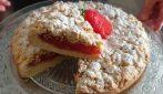 Sbriciolata con crema alle fragole: la ricetta del dessert che si scioglie in bocca