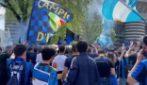 Il saluto dei tifosi all'Inter dopo lo scudetto: la festa tra cori e qualche mascherina abbassata