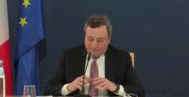 """Draghi replica a domanda su coprifuoco, ma viene interrotto da pavone e ironizza : """"Risponde lui"""""""