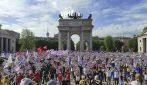 Manifestazione Sentinelli, in migliaia a Milano per sostenere il ddl Zan contro l'omofobia