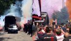 Centinaia di tifosi del Milan in strada per salutare il pullman della squadra in partenza per Torino