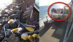 Il balcone cede improvvisamente, le persone affacciate cadono sulle rocce sottostanti