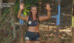 L'Isola dei Famosi - Valentina vs Rosaria nella sfida dei sacchi di fango