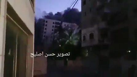 Gaza, il fuoco israeliano colpisce un palazzo di 12 piani: l'edificio si sgretola al suolo