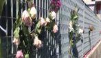 Funivia Mottarone: il dolore degli abitanti di Verbania, fiori davanti all'obitorio