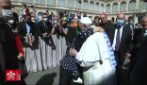 Sopravvissuta ad Auschwitz incontra Papa Francesco, il Pontefice le bacia il braccio
