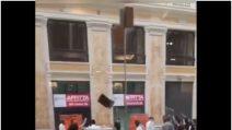 Napoli, rissa tra ragazzini in Galleria Umberto con lanci di sedie e tavoli
