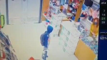 Bimbo entra in una cartolibreria e chiede aiuto per studiare, il proprietario gli regala tutto
