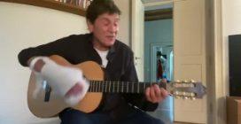Gianni Morandi torna a suonare la chitarra con la mano fasciata