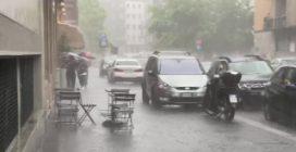 Maltempo, nubifragio con grandine a Milano: strade e cantine allagate