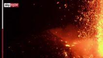 Etna, nuovo parossismo: fontana di lava e nube alta 6,5 chilometri