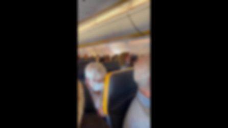 Insulti, calci e sputi: passeggera litiga con tutti sul volo Ryanair Ibiza-Bergamo, il video virale
