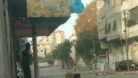 Bombardamenti a Gaza, arriva un missile e un intero palazzo va in frantumi