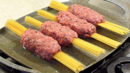 """Spaghetti infilati nella carne macinata per una ricetta """"strana"""" ma molto gustosa"""
