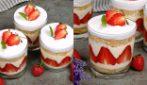 Bicchieri di pan di spagna, crema e fragole: il dessert semplice e goloso da provare subito!