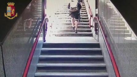 La spintonano sulle scale della metro per scipparla: arrestati