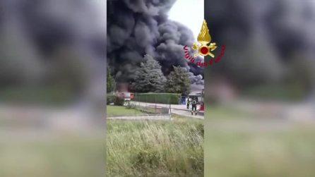 Incendio fabbrica Roletto, le immagini dei vigili del fuoco