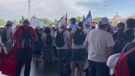 La protesta degli operai Whirlpool di Napoli che lottano per il posto di lavoro