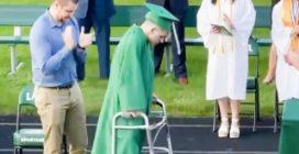 Rimasto paralizzato a scuola, nel giorno del suo diploma fa a tutti una sorpresa meravigliosa